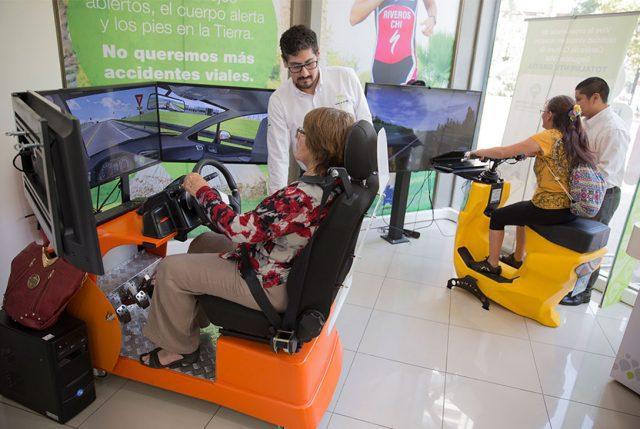 """Hombres y Mujeres de la tercera edad dieron """"clases de manejo"""" a los más jóvenes, en simuladores de alta tecnología"""