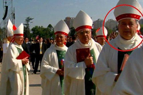 Cuestionado obispo Barros participa en misa papal y en Twitter lo hacen pedazo