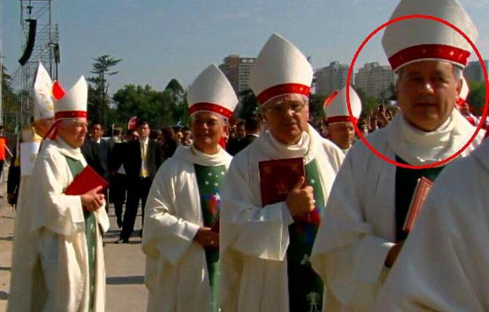 Obispo Juan Barros Madrid, participa en la misa en el Parque O'Higgins  junto a los demás obispos de Chile, generando rechazo generalizado.
