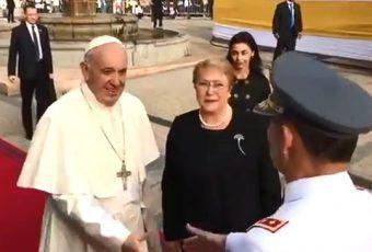 """Presidenta Bachelet recibe al Papa Francisco en La Moneda con ceremonia oficial: """"Hoy le abrimos las puertas de Chile a un amigo"""""""