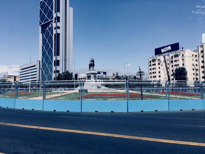 """El 16 de enero así lucía la Plaza Baquedano lista para resistir incluso un avance de """"blindados"""" desde entonces se han intensificado los trabajos de afeamiento del entorno por la carrera Fómula E."""