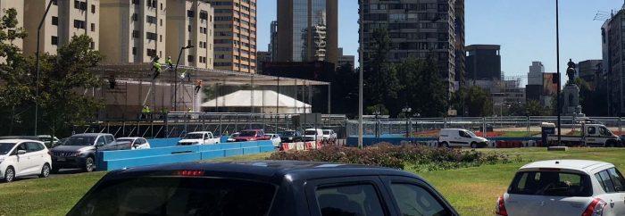 Detalle de la Plaza Baquedano literalmente encerrada al igual que el Teatro de la Universidad de Chile.