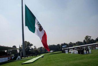 Pastelazo monumental en México: En el Día de la Bandera izan al revés el emblema ante el Presidente y autoridades aztecas