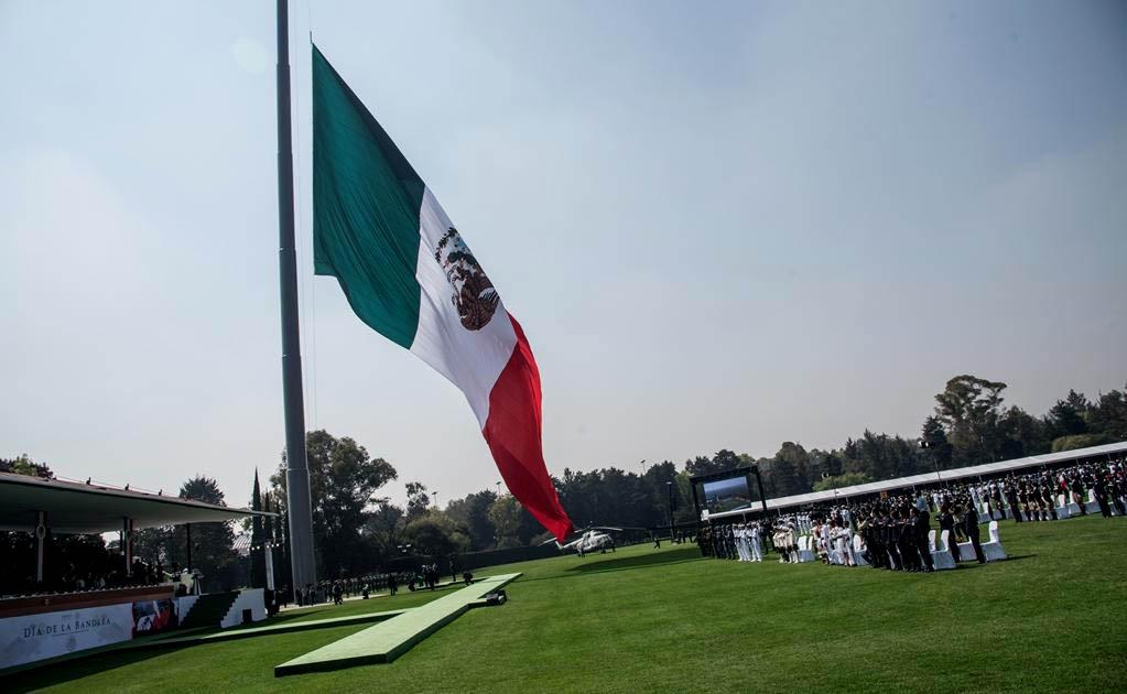 Pastelazo Monumental En México En El Día De La Bandera Izan Al Revés El Emblema Ante El Presidente Y Autoridades Aztecas Infogate