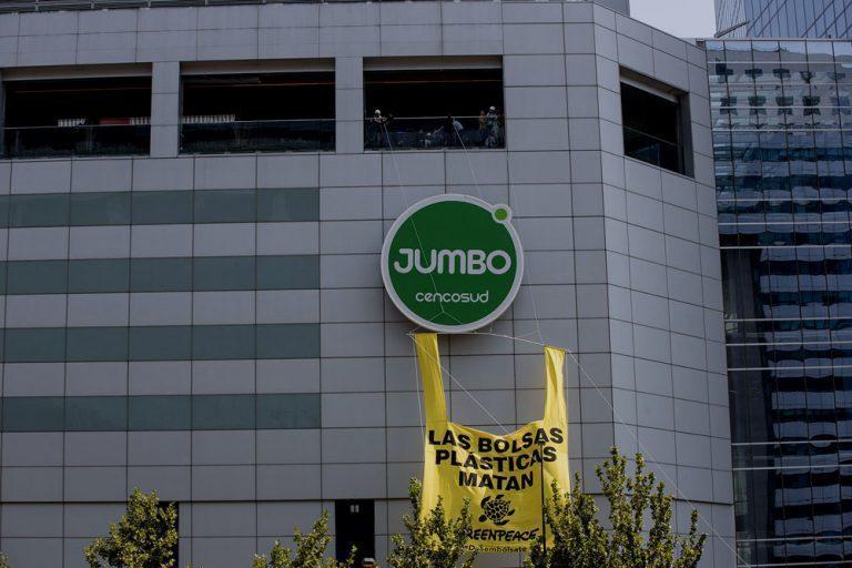 """Greenpeace instala bolsa de plástico gigante en el Costanera Center para protestar:  """"Las bolsas plásticas matan"""""""