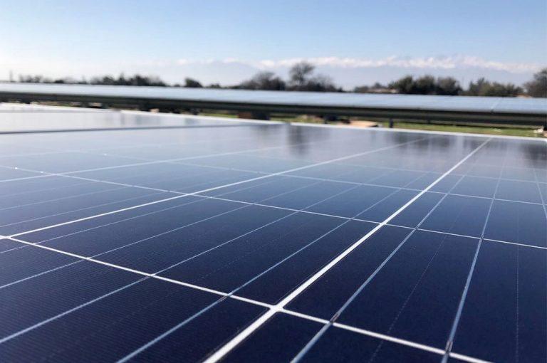 Reiterada alza en las tarifas eléctricas incentiva la instalación de energía fotovoltaica: Conoce sus incalculables beneficios