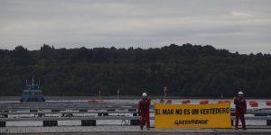 Activistas de Greenpeace despliegan un lienzo sobre una plataforma salmonera con un mensaje en contra de la industria. Sus impactos han destruido el ecosistema marino en la zona durante años. Ancud, Chiloé 24 de Mayo del 2016