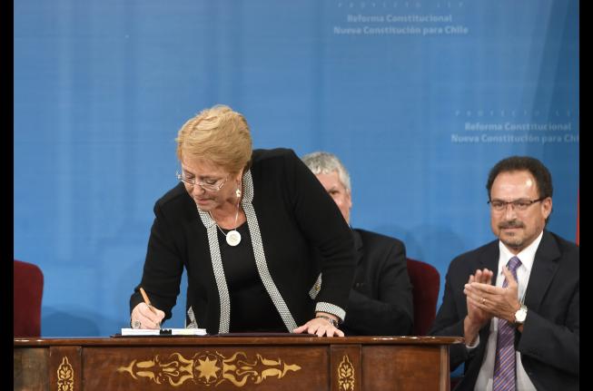 Bachelet firma proyecto que establece una nueva Constitución