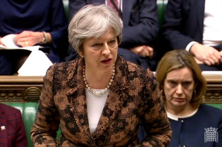 Premier May tambalea ante negativa de diputados para aprobar acuerdo Brexit