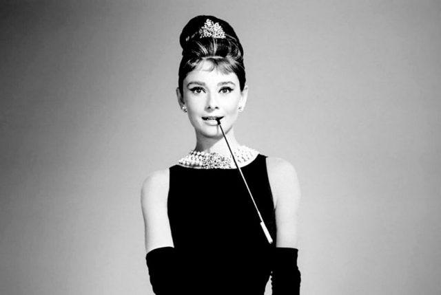 """Falleció icónico diseñador de la casa Givenchy que diseñó el clásico vestido de Audrey Hepburn para """"Desayuno en Tiffany"""""""