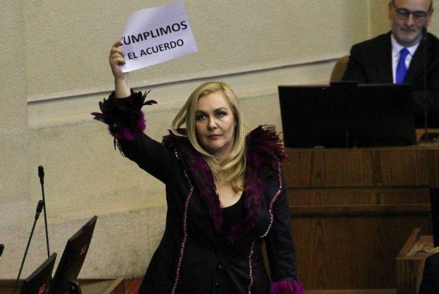 "VIDEO // Diputada Pamela Jiles en su primer acto como parlamentaria: ""Todos contra Piñera…"""