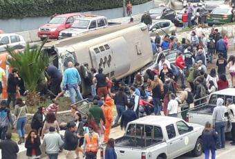 VIDEO  // Volcamiento de bus en bajada Santos Ossa de Valparaíso deja 40 heridos