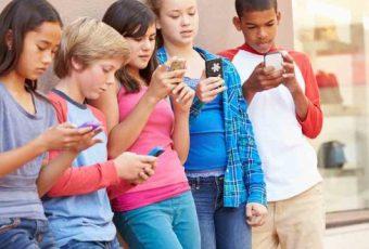 """VIDEO La Soledad de dos Mundos"""": Impactante campaña llama a normar el uso de celulares en los niños"""