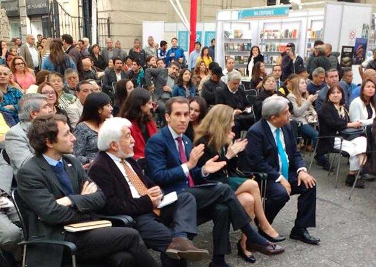"""Santiago celebra el """"Día Internacional de Libro"""" en la Plaza de Armas"""