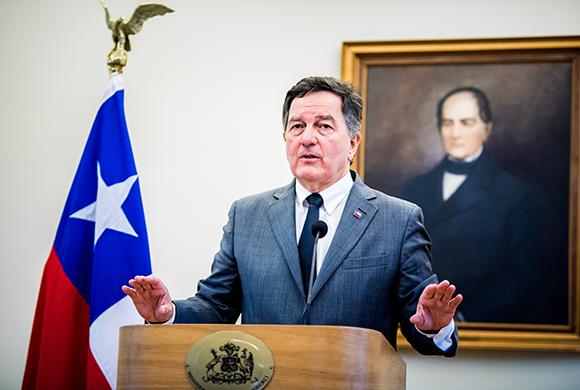 Canciller Roberto Ampuero y su rol de comentarista: aborda crisis en Nicaragua y Venezuela