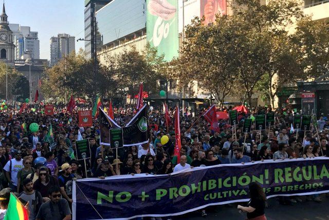 Festiva y masiva marcha pide por regulación de marihuana en Chile