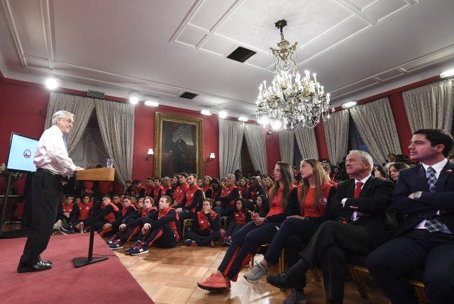 Micro machismos: Presidente Piñera realiza desubicado chiste a Tomás González