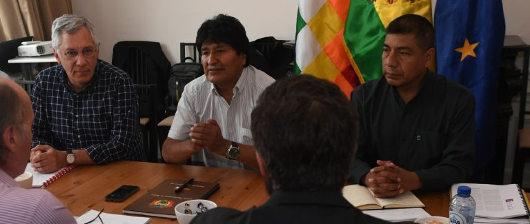 En La Haya Evo Morales revisa con equipo jurídico contramemoria para responder demanda chilena por aguas del Silala