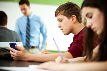 ¿Prohibir o incluir los celulares en la sala de clases? El debate continúa