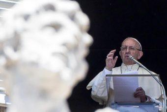 """Papa califica a Karadima como una """"persona perturbada"""" y no descarta posibles nuevas renuncias de obispos"""
