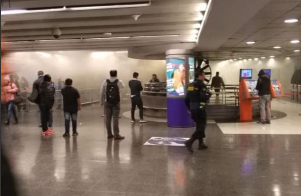 Incendio en locales del metro Tobalaba obliga a evacuar y suspender el servicio