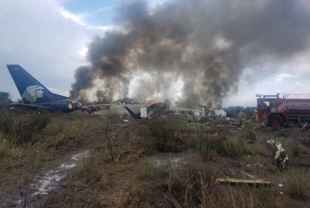 ACTUALIZADO /// Avión de Aeroméxico cae a tierra al despegar del aeropuerto de Durango