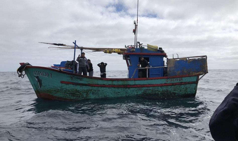 Armada sorprende dos embarcaciones peruanas pescando en aguas nacionales