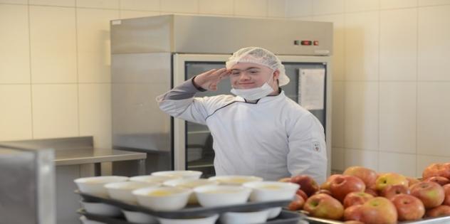 Ejército inclusivo: Joven con síndrome de Down trabaja en el casino del Edificio Ejército Bicentenario
