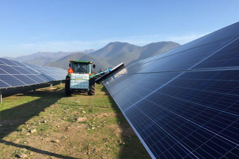 Inédito sistema de limpieza de paneles solares llega a Chile