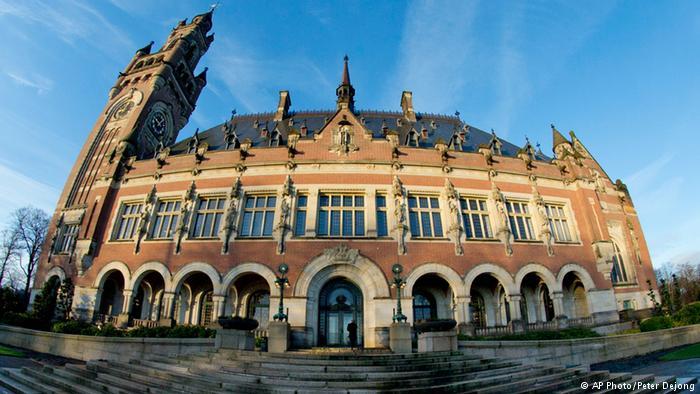 Ministro Ampuero desiste de ir a La Haya y cuenta con respaldo de la oposición