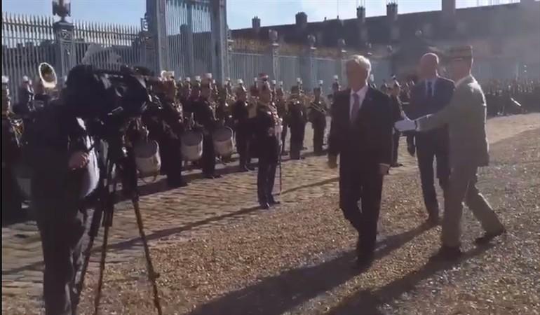 """A lo """"Jappening con Ja"""": Piñera pasa de largo en honores militares en Francia"""