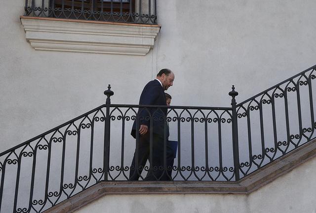 Ministro Moreno rompe los esquemas y le entrega las condolencias a familia Catrillanca