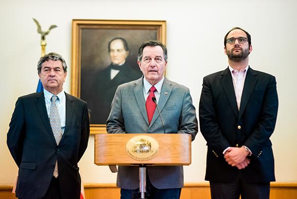 Canciller Ampuero olvida su rol de jefe de la diplomacia chilena y arremete contra Francia