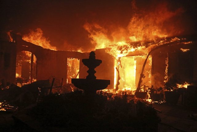 Incendios en California arrasan con todo y se elevan a 11 los muertos