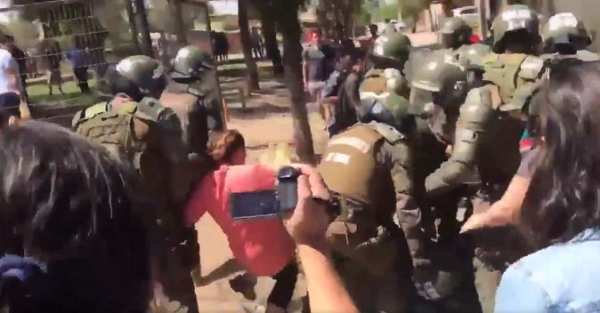 Manifestantes rechazan presencia de Piñera en Cerro Navia y carabineros detiene a varias personas