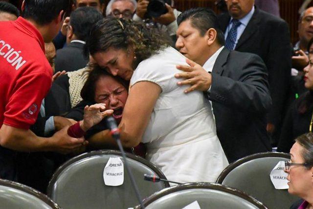 Video: Momento desgarrador cuando diputada mexicana se entera en plena sesión que asesinaron a su hija