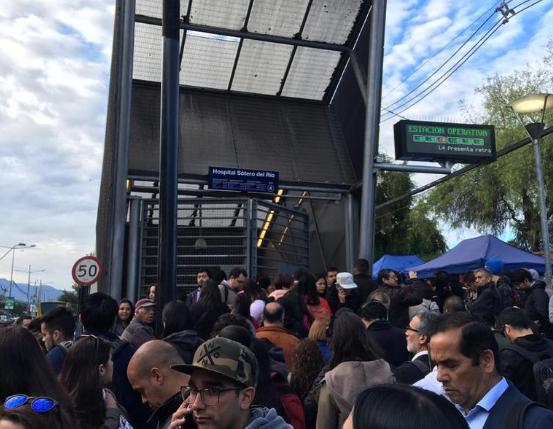 Colapso en la Línea 4 del Metro: Demora en salida de trenes genera gran atochamiento de usuarios
