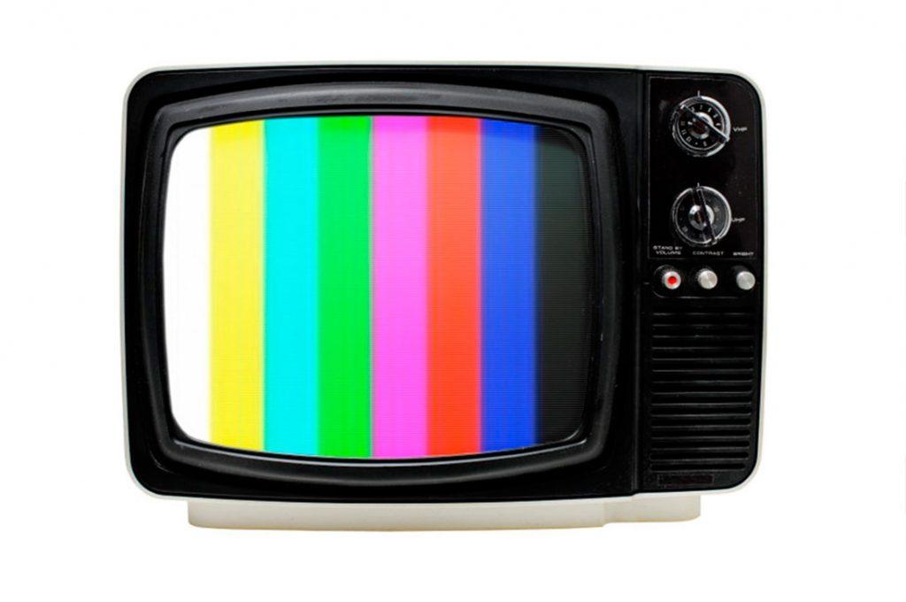 Estudio de la UC revela que la TV es la peor evaluada durante el Estallido Social: Se imponen los medios digitales y la radio