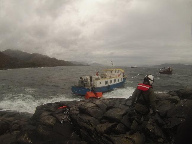 Armada rescató a 13 tripulantes desde el Estrecho de Magallanes