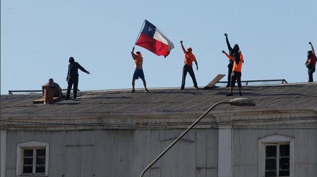 Portuarios de Valparaíso agudizan sus manifestaciones y se enfrentan a Carabineros