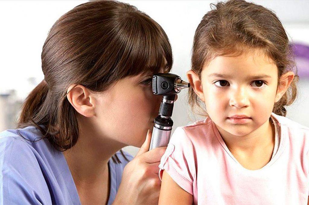 Oídos de los niños pueden sufrir daño en fiestas de navidad y año nuevo