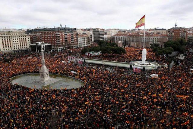 Gigantesca protesta en Madrid en contra del gobierno por las demandas de Cataluña