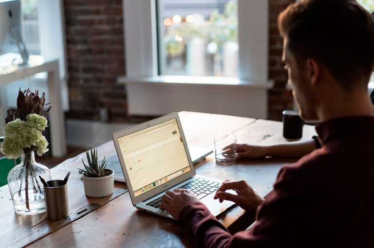 Videojuegos y Marketing Digital son algunos de los cursos online que ofrecen para este año Sence y Claro