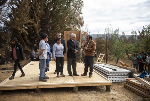 """Piñera a damnificados por incendios: """"Vamos a dar una respuesta a las familias que perdieron sus viviendas y que son vulnerables"""""""
