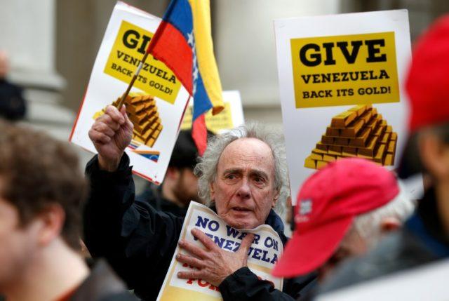 """Bajo los gritos de """"¡No hagan la guerra a Venezuela!"""" protestan en Londres para que el Banco de Inglaterra devuelva el oro a Maduro"""