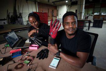 Inventor keniano inventó unos guantes inteligentes que traducen automáticamente el lenguaje de señas