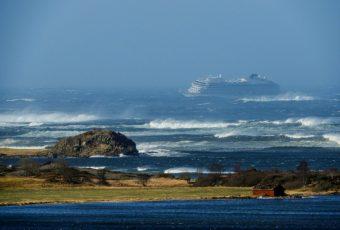 """VIDEO // Violentas marejadas en la costa de Noruega casi hacen naufragar a crucero """"Viking Sky"""""""