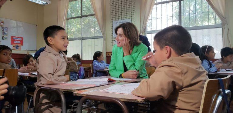 """Mineduc refuerza la lectura en niños de básica entregando set """"Leo Primero"""" a más de 5 .700 colegios"""