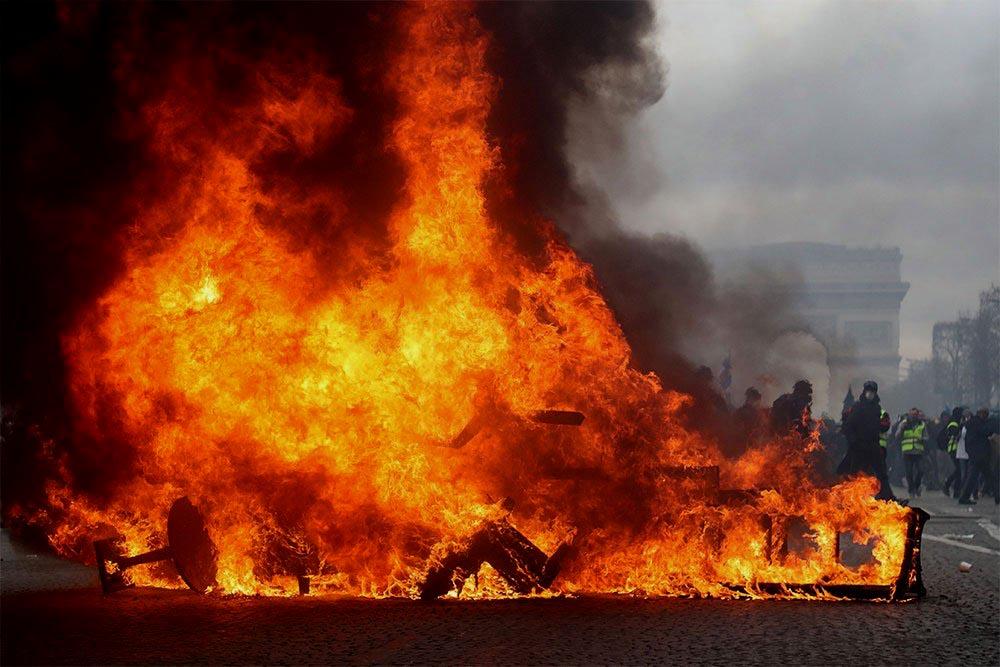 """París bajo fuego: Violenta protesta de los """"Gilets jaunes"""" prenden fuego y saquean les Champs-Elysées"""