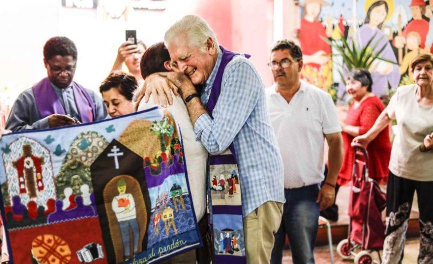 Diagnostican con cáncer linfático a cura Mariano Puga a sus 88 años